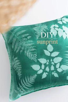 DIY Sunprint – Wie du mithilfe der Sonne ganz einfach tolle Muster auf Stoff dru… DIY Sunprint – How to use the sun to easily print great patterns on fabric Shibori, Pillow Tutorial, Diy Tutorial, Diy And Crafts, Crafts For Kids, Diy Throw Pillows, Textiles, Beautiful Patterns, Fabric Patterns
