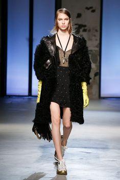 The complete No. 21 Fall 2018 Ready-to-Wear fashion show now on Vogue Runway. Aw18 Fashion, Paris Fashion, Runway Fashion, Autumn Fashion, Womens Fashion, Black Sparkle Dress, Sparkle Dresses, Moda Paris, Milano Fashion Week