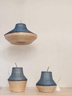 Lámparas de mimbre en color natural y azul