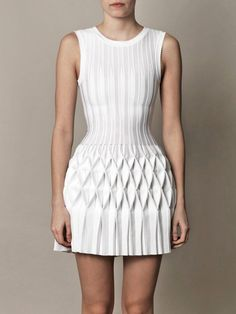 Structural Smocking - smocked & pleated dress - fabric manipulation for fashion design; This is done by Azzedine Alaïa White Fashion, Look Fashion, Fashion Details, Fashion Art, Trendy Fashion, Dress Fashion, Fashion Fabric, Fashion Textiles, Fashion Sandals