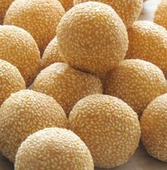 Onde onde - small round balls of pandan flavoured gluntinous rice flour filled with palm sugar syrup rolled in grated coconut. Indonesian Desserts, Indonesian Cuisine, Asian Desserts, Indonesian Cookies Recipe, Vegetarian Recipes Easy, Dog Food Recipes, Snack Recipes, Roti Canai Recipe, Malay Food