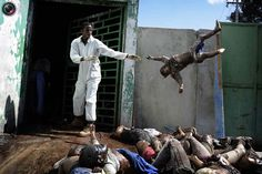 A man throws a children body at the morgue of the general hospital in Port-au-Prince, Haiti Photo: Olivier Laban-Mattei. Tsunami, World Press Photo, Hospital General, Port Au Prince, Drame, Still Photography, Street Photography, Story Of The World, Powerful Images