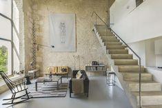 mur-en-pierres-beton-cire-escalier-en-beton-canape-retro-en-cuir-rocking-chair-en-bois-tapis-ethnique-table-basse-en-bois_5837643.jpg (2000×1336)