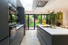 My open plan kitchen diner extension styling tips are perfect for your new kitchen extension, see examples by Simply Extend the London kitchen extension builder Open Plan Kitchen Diner, Kitchen Diner Extension, Open Plan Kitchen Living Room, Modern Kitchen Island, Kitchen Layout, Kitchen Ideas, Kitchen Islands, Dark Grey Kitchen, Kitchen Decor