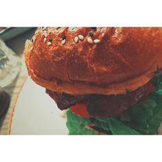 Da spielt man sich als Burgertester auf und dann verwechselt man die Fotos  DAS hier ist der Burger von Louis und Jules.  Der normale Hamburger von Louis & Jules ist angenehm groß (aber nicht unessbar riesig) mit wenig Sauce so dass man von den wichtigen Zutaten alles schmeckt. Das heißt Tomate frische Gurke frische Zwiebeln und Salat. Das Fleisch war sehr Medium und reichlich (200g) aber für meinen Geschmack nen Tick zu schwach gewürzt. Der Laden ist hübsch und man wird am tisch bedient der…