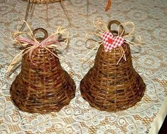 Zvoneček pletený z papírových ruliček (bell knitted from paper rolls) Paper Weaving, Weaving Art, Willow Weaving, Basket Weaving, Christmas Crafts, Christmas Decorations, Christmas Ornaments, Fun Crafts, Diy And Crafts