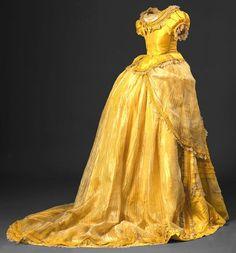 Instituição / Proprietário: Museu Nacional do Traje Número de Inventário do Objecto: 24701 Categoria: Traje Denominação / Título: Vestido com cauda (2 peças) Datação: Século XVIII [c.1790]