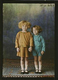 Autochrome: Two children's outfits, circa 1921, Salon du goût français. Vintage Children Photos, Vintage Pictures, Old Pictures, Vintage Images, Old Photos, Vintage Kids, Color Photography, Vintage Photography, Belle Epoque