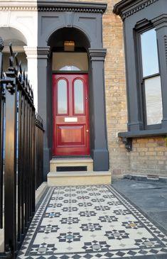 Victorian Front Garden, Victorian Front Doors, Victorian Terrace House, Victorian Homes, Terrace House Exterior, Exterior House Colors, Facade House, Door Arbor, Garden Railings