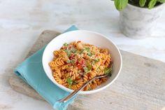 Deze pasta met tomatensaus en basilicum is een heerlijk en simpel gerecht wat je bijna met je ogen dicht kunt maken. Lees hier hoe wij deze gemaakt hebben.