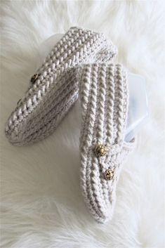 Try this easy crochet slipper free pattern for beginners. This house shoe for a woman is made from a simple rectangle. The crochet tutorial also includes a step by step video. Crochet Slipper Pattern, Crotchet Patterns, Crochet Stitches, Knit Crochet, Crochet Hats, Easy Crochet Slippers, Crochet Slipper Boots, Felted Slippers, Peplum Outfit