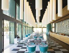 Hotel Point Yamu by Como En el restaurante italiano La Sirena, bajo una cascada de lámparas de resina blanca, mobiliario de Paola Navone para Gervasoni: sofás de la colección Ghost en blanco y butacas Gray en turquesa.