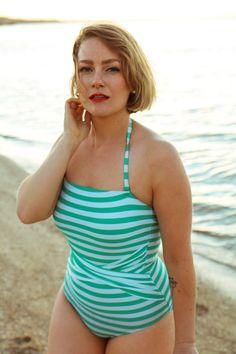 @findingfemme носит мяты полосатый купальник и обзор Австралии цветочные миди юбка с широкой шляпе на пляже.