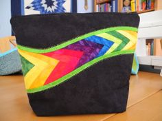 Bag is from Gail Garber's book Flying colors. Patchwork Quilt, Patchwork Bags, Quilted Bag, Fabric Purses, Fabric Bags, Leather Purses, Leather Handbags, Art Bag, Handmade Purses