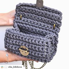 İç görünümüde en az dışı kadar güzel arkadaşlar. Çok şık rahat gece gündüz kullanılabilen bir çanta.. #koyu#gri #sipariş#alinir#penyeip#handmade#elişi#tığişi#elişi#trendy#fashion#marjinal#elegant#tarz#kişiyeözel#çanta#bag#örgü #kilit#zincir#tarz#turkey #avrupa #☺️
