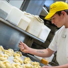 Unser großartiges Team an Meisterbäcker*innen produziert für Dich täglich eine Vielfalt an Backwaren - allein um die 20 verschiedene Weckerl und fast ebensoviele Brotsorten! Für deren Zubereitung verwenden wir vorwiegend Mehl, Wasser, Salz, 4-Stufen-Natursauer, viel Know-How und ❤️Leidenschaft .... und jede Menge Zeit! ⏰ Der Bäck vom See! 🥨 . #Wörthersee #wienerroither #maguat #bäckerei #brot #Gebäck #handgemacht #bäcker #geschmack #genuss #bakery, #withlove #kärnten #austria #onlineshop Food, Baked Goods, Alone, Passion, Essen, Meals, Yemek, Eten