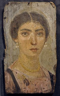 Mumienbildnis einer Frau; römisches Ägypten, 120–150 n. Chr. oder 3. Jh. n. Chr. (? – Beschriftung im Museum fehlerhaft, da auf Deutsch und Englisch verschieden); Wachsfarben (Enkaustik) auf Sykomorenholz