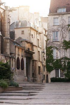 Ser fram emot höstens weekendresa! Dawn Rue des Barres Le Marais Paris Street