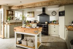 Traditional country kitchens are a design option that is often referred to as being timeless. Over the years, many people have found a traditional country kitchen design is just what they desire so they feel more at home in their kitchen. Modern Kitchen, Barn Kitchen, Cottage Kitchen, New Kitchen, Country Kitchen Designs, Home Kitchens, Farmhouse Kitchen Remodel, Kitchen Styling, Kitchen Design