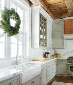 Add sparkle with subtle metallics: this cottage kitchen's burnished pendants and copper range hood add warmth and character on cold days. Boho Kitchen, New Kitchen, Kitchen Decor, Beige Kitchen, Kitchen Island, Kitchen Cabinets, Layout Design, Planer Layout, Home Kitchens