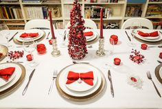 Christmas tabletop. Warm decor with diy napkines turned into bows. By Luna & The Table