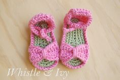 Bitty Bow Baby Sandals - FREE crochet pattern. Perfect for spring and summer!
