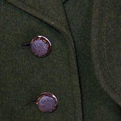 Wunderschöner Mantel aus grünem Loden mit abknöpfbarer Pelerine. Er hat zwei Eingrifftaschen, ist vorne mit Knöpfen zur schließen, ist tailliert und leicht ausgestellt geschnitten, der passende...