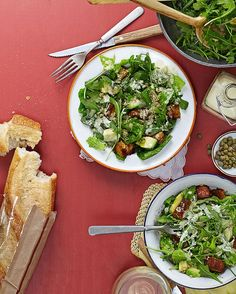 Versión vegana de la ensalada César, que incluye tofu rebozado (a modo de pollo) y quinoa para un extra de proteínas :)