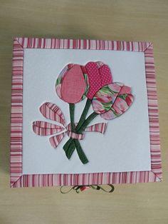 Caixa em MDF forrada em tecido 100% algodão e aplicado tulipas em patch imbutido na tampa da caixa.  Medida 20x20x8  Duvidas retoficinadearte@gmail.com