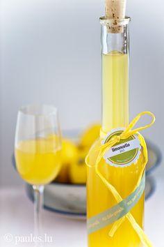 Italienischer Zitronenlikör Geht es Euch manchmal auch so? Ihr seht ein Rezept, das nicht unbedingt Euer Geschmack ist, aber das Nachmachen reizt Euch umso mehr? Mir geht es so mit Limoncello. Ich ...