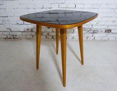 Stolik deserowy z 1956 r. projektu Hanny Lachert.Zachowany w stanie oryginalnym, lepszym niż bardzo dobry,…
