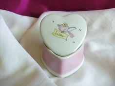 Belle boite personnalisée en porcelaine fine, de fabrication française ( Limoges) en forme de coeur, peinte à la main par mes soins. Pour les premiers bijoux bonbons ou boite - 15492097
