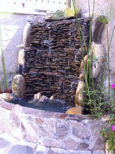 Si el espacio de tu patio no es muy amplio, puedes incluir un poco de tranquilidad y naturaleza con una linda fuente. Backyard Water Feature, Ponds Backyard, Backyard Landscaping, Outdoor Wall Fountains, Diy Garden Fountains, Pond Design, Garden Design, Water Wall Fountain, Indoor Waterfall