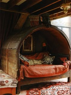 So cozy. I just want to curl up and shut my eyes right there! Probably tricky to make this bed since its all enclosed, but that's ok