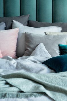 Stock up on plush cushions in fresh colours and soft fabrics for the ultimate bedroom makeover. | H&M Home