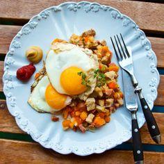 Follow @Landleys kök on Instagram. Extra tired on Tuesdays? I know I am! Prepare something simple for dinner, like this Swedish hash with root vegetables, sausage, pork chops and fried eggs http://www.landleyskok.se/recept/snabblagad-pytt.html/ #food #simple #dinner #mat #workoutfood #ilovemeat #inspiration #middag