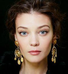 Sofía Loren y las grandes musas del cine italiano se convierten en el referente beauty de la primavera de Dolce & Gabbana. El sol, el paisaje y la magia de Sicilia sirven de inspi