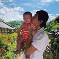 Cute Asian Babies, Korean Babies, Asian Kids, Cute Babies, Bts Taehyung, Kim Taehyung Funny, Father And Baby, Dad Baby, Couple With Baby