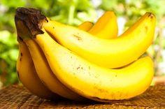 Use papel filme para fazer a banana durar mais tempo - http://comosefaz.eu/use-papel-filme-para-fazer-a-banana-durar-mais-tempo/