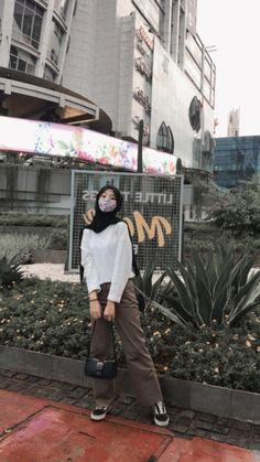 Modern Hijab Fashion, Street Hijab Fashion, Korean Girl Fashion, Hijab Fashion Inspiration, Muslim Fashion, Stylish Hijab, Casual Hijab Outfit, Ootd Hijab, Ootd Poses