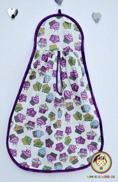 Puxa saco em tecido. Temos várias estampas, escolha a sua! Sewing Hacks, Sewing Crafts, Sewing Projects, Embroidery Patterns Free, Sewing Patterns, Clothespin Bag, Towel Dress, Plastic Bag Holders, Quick Crochet