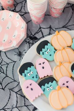 The Cutest Little Monster Mash Party - Project Nursery - Monster Mash Party Cookies are a great Halloween Kid Treat - Pasteles Halloween, Dulces Halloween, Soirée Halloween, Halloween Party Decor, Halloween Themes, Happy Birthday Halloween, Halloween Recipe, Halloween Makeup, Halloween Costumes