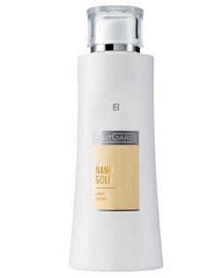 Nanogold Ansiktsvatten. Nano Gold. Ansiktsvatten.  Mycket rikhaltig. Lätt rosafärgat, då Nanogoldet reflekterar de violetta ljusstrålarna. Ansiktsvattnet tar bort de sista resterna av smuts, make up och kloret i sköljvattnet. Användning: Applicera på en bomullspad och badda ansikte och hals efter rengöringen. Speciella ingredienser: Guld, siden, rödalg • Särskilt len och innehållsrik textur med vårdande panthenol - Mycket rikhaltig.