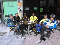Un grupo de ciclistas que habitualmente hacen su descanso en el Molly Malone de Pola de Siero. Hoy en la terraza.