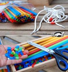 Strohalme in stücke schneiden und in Mustern auf einen Schnürsenkel fädeln. Wunderbare Fingerübung! Straws, shoelaces and fine motor skills in children. Not as expensive as buying lots of beads.