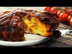 You will need: 45 slices of bacon 5 medium-sized potatoes 14 oz grated cheddar cheese salt and pepper Here's how: Place the bacon slices in a pie pan or s. Bacon Cheese Potatoes, Bacon Pie, Bacon Potato, Potato Pie, Bacon No Forno, Cheese Wrap, Good Food, Yummy Food, Lard