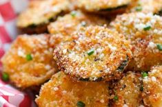 Křupavé chipsy z cukety   NejRecept.cz Salmon Burgers, Food And Drink, Dining, Ethnic Recipes, Salmon Patties, Food, Restaurant