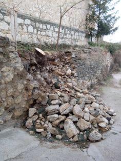 Para hoy jueves os dejo esta fotografía de la pared del calvario caída, de nuestro pueblo Crivillén, ha pasado un mes del derrumbe y tengo que deciros que a estas horas ya estará restaurada por los hermanos Valero que para primeros de año la estaban arreglando