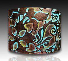 La main cuivre et bronze avec bracelet manchette en pate polymere patine