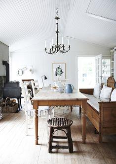 A modest holiday home - Decoration For Home Interior Exterior, Interior Design, Swedish Farmhouse, Decoration Design, Rustic Elegance, Scandinavian Interior, Rustic Interiors, Beautiful Interiors, White Walls